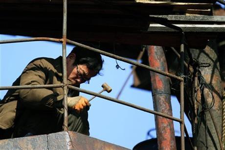 Người dân làm ngày làm đêm để thể hiện lòng trung thành với lãnh đạo Kim Jong un. Ảnh: AP