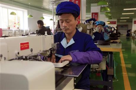 Công nhân tại công ty giày Wonsan ở tỉnh Kangwon làm việc liên tục. Ảnh: AP