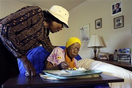 Bà Lois Judge (trái) và dì Susannah Mushatt Jones. Ảnh: AP