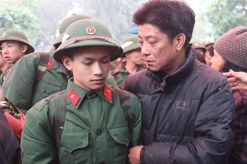 Người cha dặn dò tân binh trẻ nhập ngũ cố gắng giữ gìn sức khỏe, hoàn thành nhiệm vụ huấn luyện, bảo vệ Tổ quốc