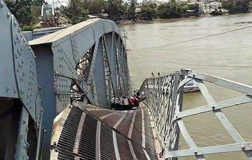 Một chiếc xe máy còn nằm trên cầu. Ảnh: Phạm Dũng