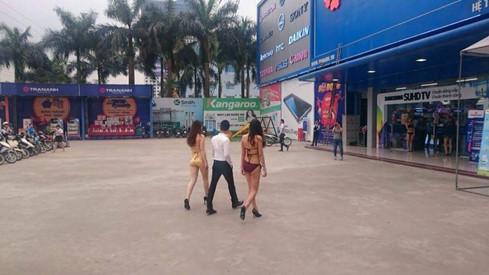 Các cô gái mặc bikini tại siêu thị điện máy