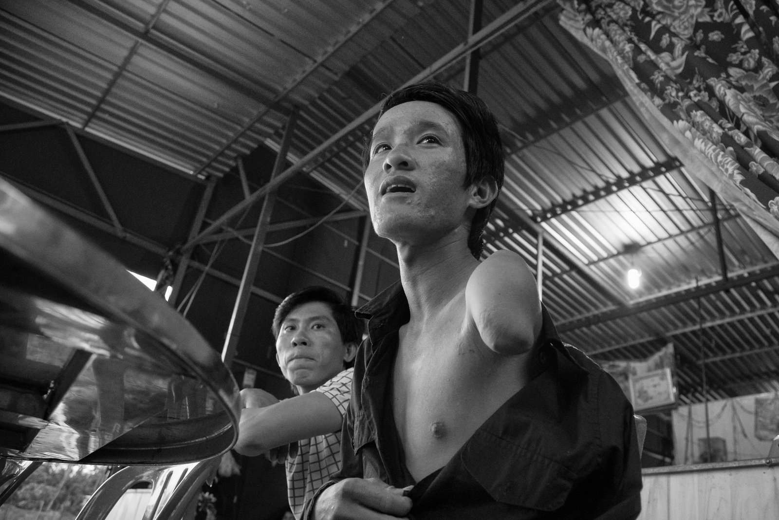 Biển Hồ là nơi anh Chi để lại cánh tay mình. Anh kể mình đang đánh cá thì bị máy ghe cắt lìa cánh tay. Anh không muốn quay lại đó mà quyết về Việt Nam tìm cách mưu sinh