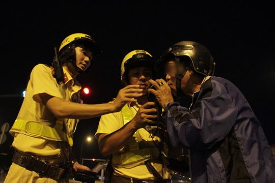 Người tham gia giao thông sẽ được lực lượng yêu cầu tấp xe vào và kiểm tra nồng độ cồn bằng máy chuyên dụng.