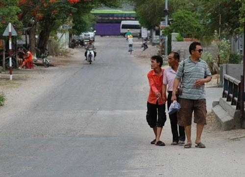 Nhiều người Trung Quốc làm việc ở Nhà máy Nhiệt điện Vĩnh Tân (tỉnh Bình Thuận) ra ngoài mua sắm, ăn uống hằng ngày Ảnh: LÊ TRƯỜNG