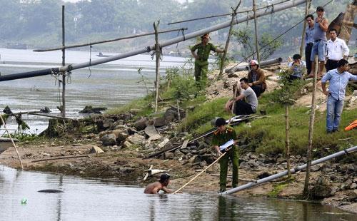 Công an tỉnh Quảng Trị điều tra vụ thượng sĩ Ngô Sĩ Đạt chết trong khi bắt thuyền khai thác cát trái phép.  Ảnh: QUANG NHẬT