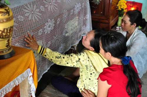 Chị Kim Hồng (mẹ em Lê Văn Đô) từ TP HCM trở về, chết lặng bên quan tài con trai