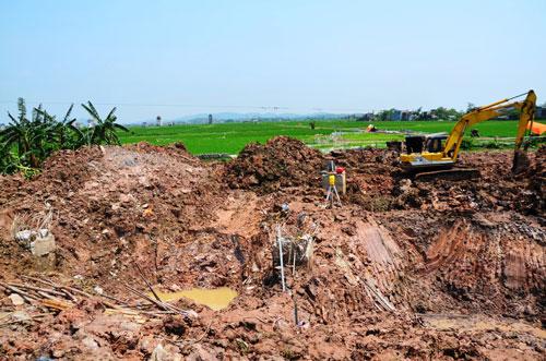 Dọn dẹp hiện trường vụ ngã cột điện 500 KV Ảnh: Nguyễn Hưởng
