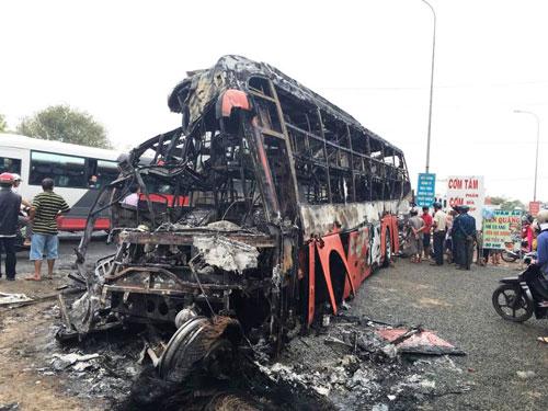 Hai xe khách cháy rụi sau vụ tai nạn làm 12 người chết, 40 người bị thương. Ảnh: Hoàng Thái