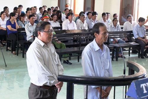 Bị cáo Nguyễn Tài (phải) và bị cáo Huỳnh Ngọc Sương tại phiên tòa