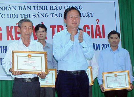 Ông Trịnh Xuân Thanh (lúc đang giữ chức Phó Chủ tịch UBND tỉnh Hậu Giang) trao giải tại một hội thi Ảnh: BÁO HẬU GIANG