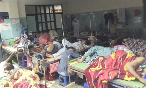 Tình trạng quá tải, nằm ghép vẫn diễn ra thường xuyên tại các bệnh viện lớn ở Hà Nội Ảnh: NGỌC DUNG