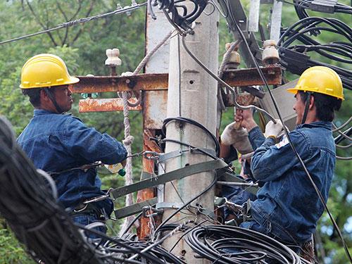 Nhiều người lo ngại giá bán điện có thể tăng trong năm 2016 Ảnh: HOÀNG TRIỀU