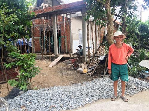 Ông Nguyễn Văn Phúc và căn nhà đang xây dựng
