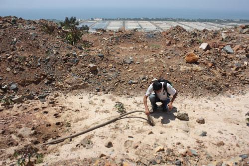Hiện trường trên Núi Tàu thời điểm ông Trần Văn Tiệp thực hiện việc thăm dò tìm kho báuẢnh: Lê Trường