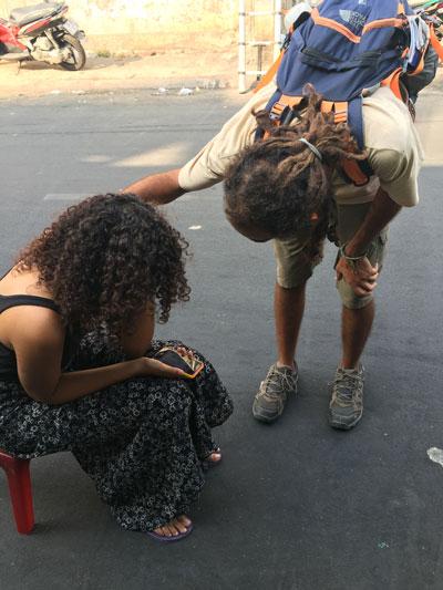 Nữ du khách bật khóc khi bị cướp giật trên đường Lương Hữu Khánh, quận 1