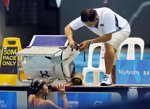 HLV Đặng Anh Tuấn chỉ bảo học trò tập luyện tại SEA Games 28 - Ảnh: QUANG LIÊM