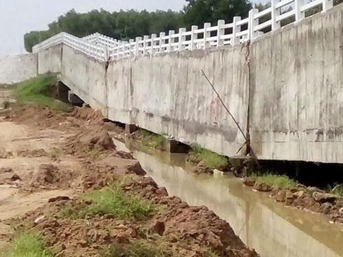 Trụ cầu lún sụt, kéo theo phần cầu máng phía trên đứt gãy Ảnh: Lê Trường