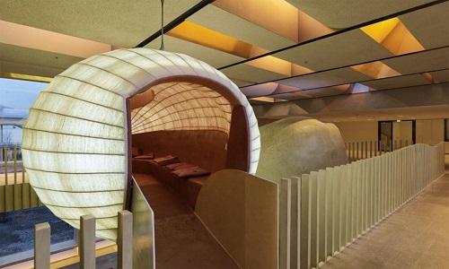 Công ty kiến trúc Dietrich/Untertrifaller thiết kế văn phòng Omicron Campus tại Klaus, Áo, với những phòng làm việc hình tròn ngộ nghĩnh, dồi dào ánh sáng tự nhiên và cầu thang gỗ ấn tượng.