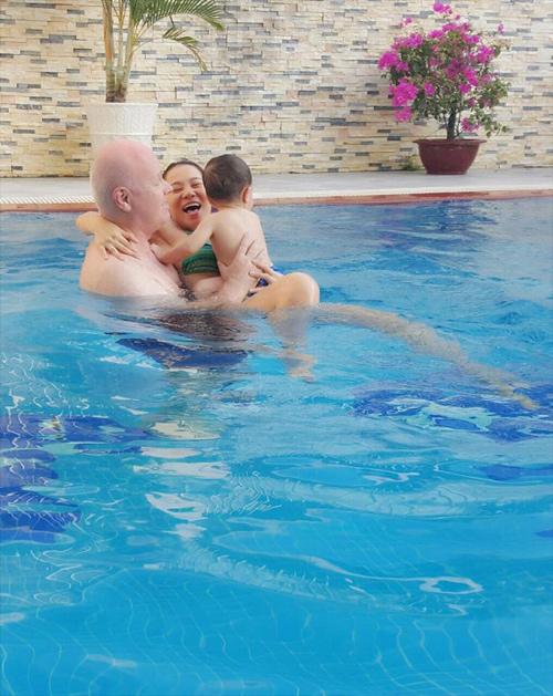 Gia đình Thu Minh thích thú vui vầy tại bể bơi trong nhà
