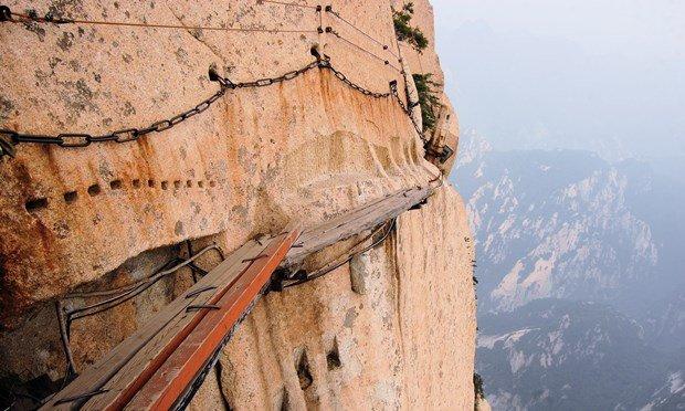 Núi Hua với những tấm gỗ liền nhau bên vách đá cao 180m - Ảnh: shutterstock