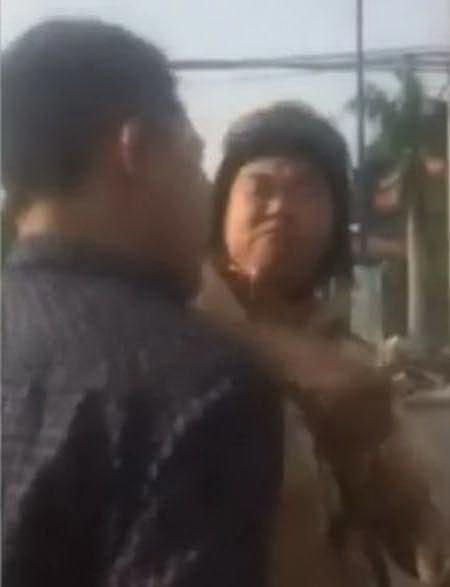 CSGT bị tố đánh người (ảnh trích từ video clip)