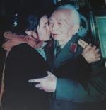 Với bà Dương Thị Trình, Đại tướng như một người cha. (Ảnh tư liệu của Trung đội B3)