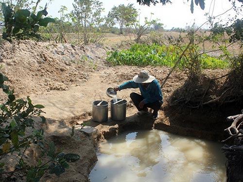 Người dân ở nhiều vùng tâm hạn tỉnh Ninh Thuận phải sử dụng nước thiếu vệ sinh để sinh hoạt.Ảnh: LÊ TRƯỜNG