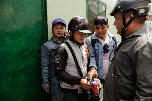 Trai lừa Nguyễn Hoàng Khởi (cầm khẩu trang) bị đưa về đồn công an để làm rõ việc chiếm đoạt xe máy, tiền bạc của một cô gái quen qua mạng