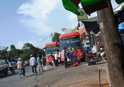 Hai xe khách trả khách sai quy định trên đường Đinh Bộ Lĩnh (quận Bình Thạnh, TP HCM) Ảnh: GIA MINH