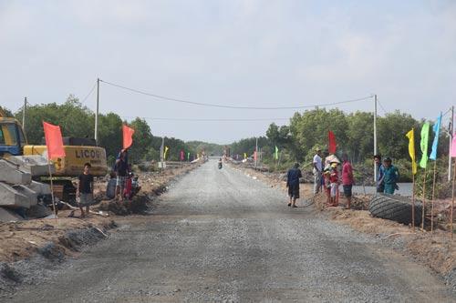 Người dân Đất Mũi hân hoan trong ngày thông xe đường Hồ Chí Minh đến mảnh đất tận cùng cực Nam Tổ quốc này