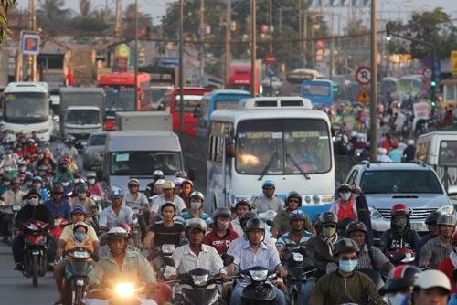 Ùn tắc trên Quốc lộ 1 đoạn qua huyện Bình Chánh,TP HCM Ảnh: HOÀNG TRIỀU
