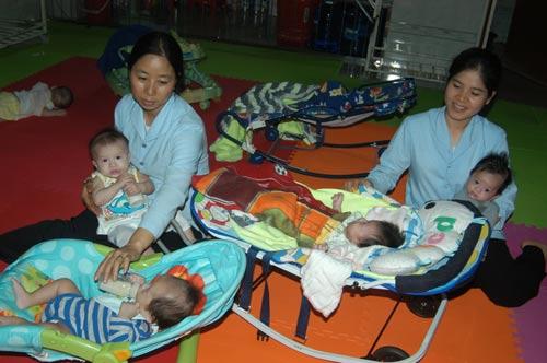 Các sơ tại Mái ấm Tín Thác luôn tận tình chăm sóc những đứa trẻ bị bỏ rơi