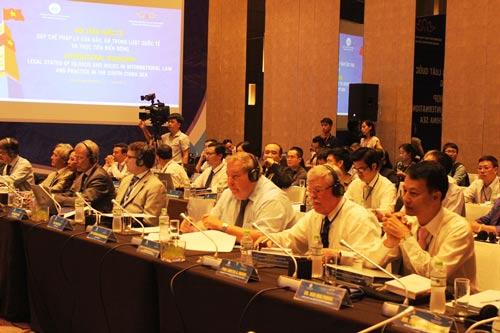 """Các học giả tại hội thảo quốc tế về """"Quy chế pháp lý của đảo, đá trong luật quốc tế và thực tiễn biển Đông"""" vào ngày 17-8 Ảnh: KỲ NAM"""