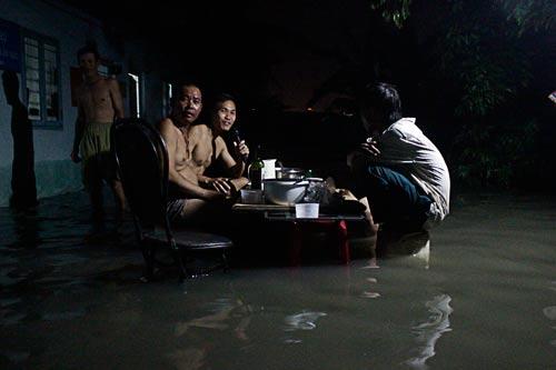Người dân phường Phước Long A và Phước Long B, quận 9, TP HCM phải sống trong cảnh ngập nước. Ảnh: QUỐC CHIẾN