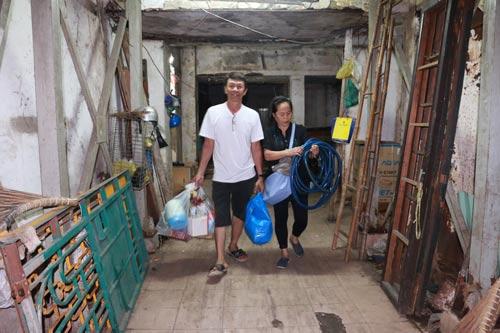 Vợ chồng bà Đặng Thị Lệ Thu thu dọn những món đồ cuối cùng khi rời chung cư 727 Trần Hưng Đạo Ảnh: BẠCH ĐẰNG
