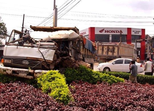 """Một vụ tai nạn xảy ra ở khu vực ngã tư Dầu Giây, xe ben """"trèo"""" lên bùng binh"""