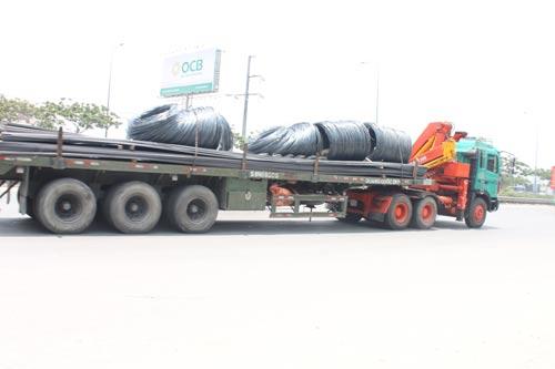 Những chiếc xe tải chất đầy thép này chạy tốc độ 80 km/giờ trên đường Nguyễn Văn Linh thì ai mà không sợ Ảnh: THÀNH ĐỒNG