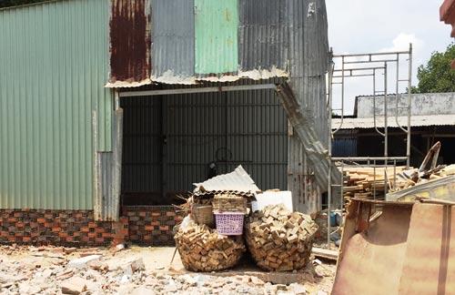Một căn nhà dựng tôn bên ngoài, bên trong xây gạch kiên cố tại ấp 4, xã Đa Phước. (Ảnh chụp trưa 12-5)