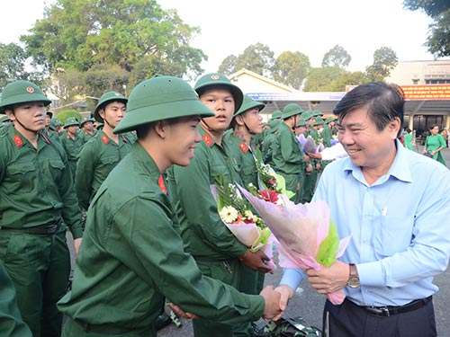 Chủ tịch UBND TP HCM Nguyễn Thành Phong dặn dò các tân binh Ảnh: NGUYỄN PHAN