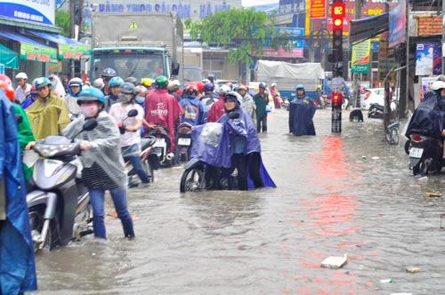 Nước ngập như sông trên phố Biên Hòa trong 3 cơn mưa gần đây