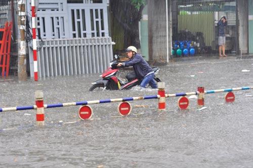 Người dân Biên Hòa vật vã trong biển nước khi có mưa lớn