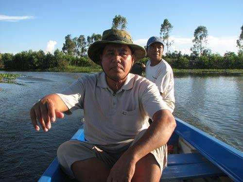 Ông Nguyễn Văn Bé trên một dòng kênh giữa vùng Đồng Tháp Mười