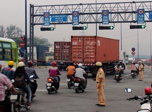 Lực lượng CSGT chủ động điều tiết giao thông tại khu vực gần giao lộ xa lộ Hà Nội - Tây Hòa (quận Thủ Đức, TP HCM)