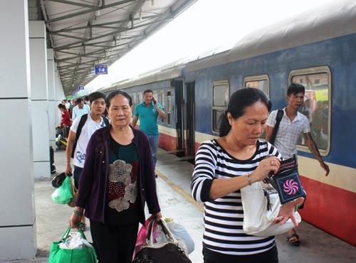 Hành khách đi tàu tại ga Sài Gòn, quận 3, TP HCM