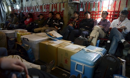 Đoàn phóng viên ngồi trên máy bay vận tải quân sự C-130 của Đài Loan để ra đảo Ba Bình - Ảnh: Reuters