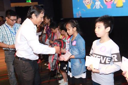 Ông Nguyễn Châu Nghĩa, Chủ tịch Công đoàn SAMCO, tặng quà cho con CNVC-LĐ