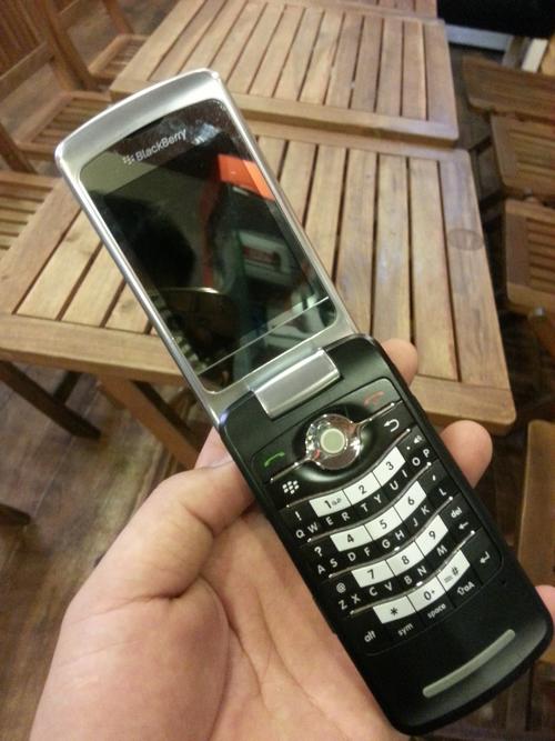 Dù có thiết kế dạng vỏ sò nhưng 8220 vẫn không mất đi chất BlackBerry.