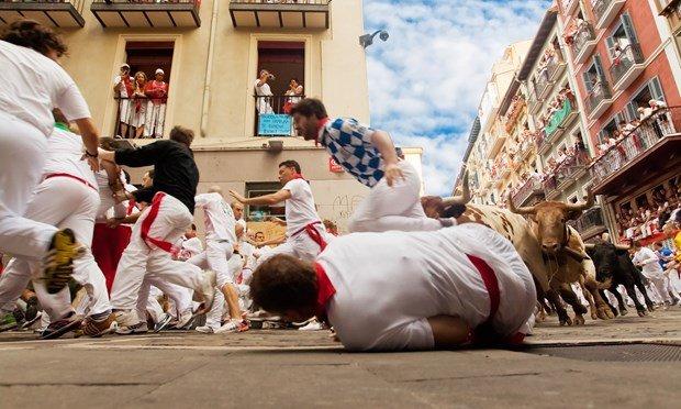 Chạy đua với bò tót đã nguy hiểm, nay chụp hình tự sướng có thể mất mạng bất cứ lúc nào - Ảnh: shutterstock