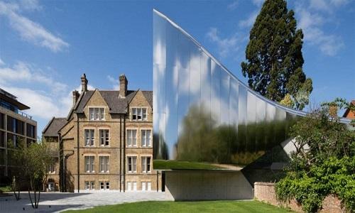 Tòa nhà mở rộng trong khuôn viên trường Đại học Oxford, Anh, do kiến trúc sư Zaha Hadid thiết kế tạo ra sự cân bằng hoàn hảo cho các tòa nhà thời Victoria của trường. Phần phản chiếu bên ngoài chính là lớp thép không gỉ được đánh bóng. Bên trong tòa nhà bao gồm hội trường 117 chỗ ngồi, không gian triển lãm đa mục đích, phòng lưu trữ, phòng đọc sách và văn phòng.